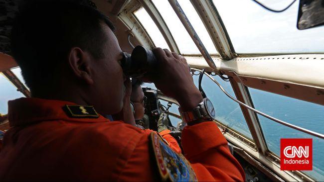 Serpihan yang ditemukan nelayan di perairan di sekitar Pulau Belinyu, Bangka Belitung berwarna merah dan putih. Serpihan bisa dilihat dari helikopter SAR.