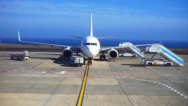 Sebanyak 135 warga India menyewa pesawat AirAsia untuk bisa masuk ke Indonesia. Mereka datang dari Chennai ke Bandara Soekarno Hatta.