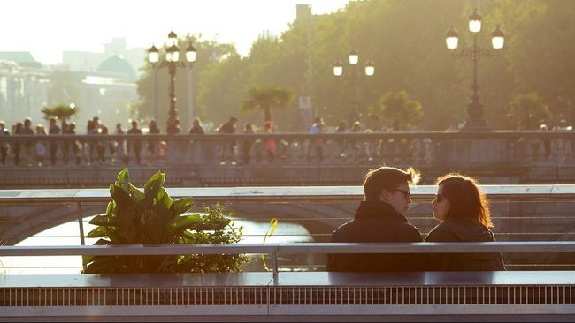 7 Alasan Seseorang Bisa Jatuh Cinta pada Anda