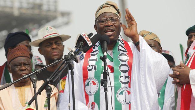 Bom mobil meledak hanya beberapa menit setelah Presiden Goodluck Jonathan berparade di dekat stadion di Gombe, Nigeria, Senin (2/2). Satu tewas, tujuh luka.