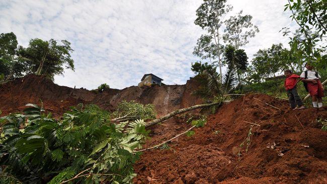 Hujan deras di Kabupaten Garut pada Minggu (16/2) mengakibatkan longsor di Cisewu dan Talegong. Satu orang hilang tertimbun.