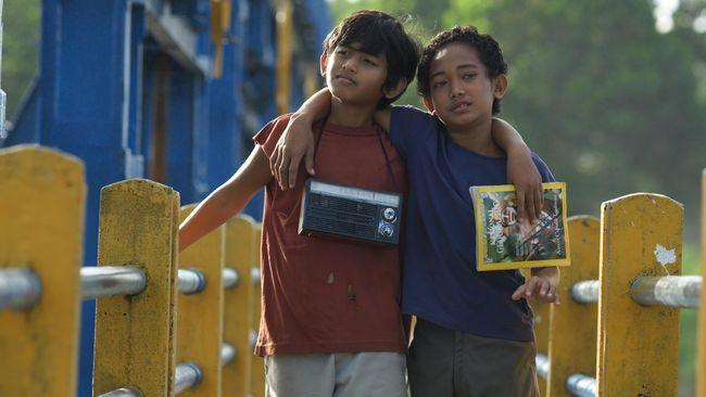 Pemeran Mahar dengan radio khasnya   Foto: Dok. Miles Film / CNN Indonesia