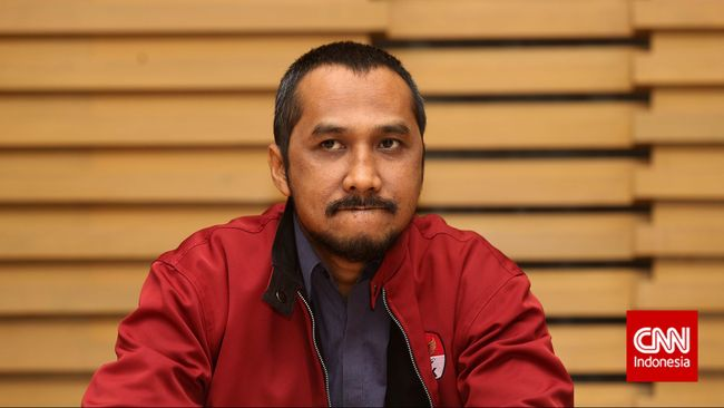 Ketua KPK Abraham Samad diserang dua kasus etik. Pertama, lobi politik dengan petinggi PDIP. Kedua, foto mesum dia dengan seorang perempuan di ranjang.