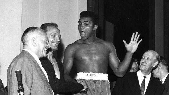 Legenda tinju dunia Muhammad Ali wafat pada usia ke-74 karena komplikasi penyakit yang dideritanya. Ali tak hanya besar di atas ring tinju.