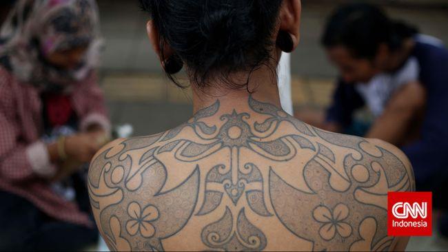 Salah satu hasil tato dengan teknik tradisional 'Hand Tapping' di Galeri Jalanan Bautanah Cikini, Jakarta, Sabtu, 17 Januari 2015. Pembuatan tato tradisional dengan teknik kuno peninggalan leluhur tersebut memakai tinta arang dengan ritme ketukan dua bilah kayu. CNN Indonesia/Adhi Wicaksono.