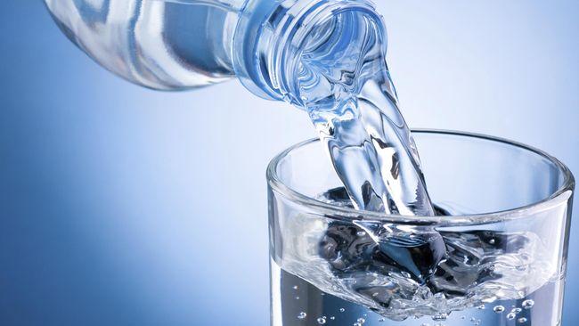 Lansia Tak Boleh Minum Air Lebih dari 1,5 Liter Sehari