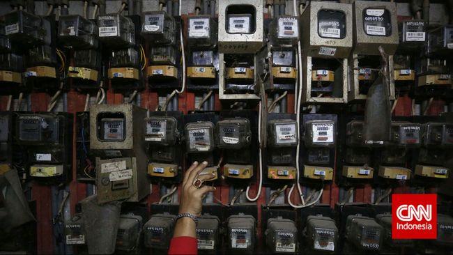 Warga memeriksa meteran listrik, Warga memeriksa meteran listrik, di Rumah Susun Tanah Tinggi, Jakarta, Selasa, 20 Januari 2015. Pemerintah mengagendakan program pembangunan kelistrikan berkapasitas 35.000 megawatt (MW) selama lima tahun ke depan. Sebesar 25.000 MW di antaranya akan digarap oleh Independent Power Producer (IPP) swasta, sedangkan sisanya akan diselesaikan oleh PT PLN (Persero). CNN Indonesia/Adhi Wicaksono.