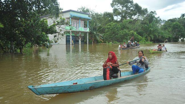 Banjir besar menerjang lima desa di Kecamatan Satui, Kalsel. Belasan ribu warga terdampak dan ketinggian air bervariasi hingga mencapai 3 meter.
