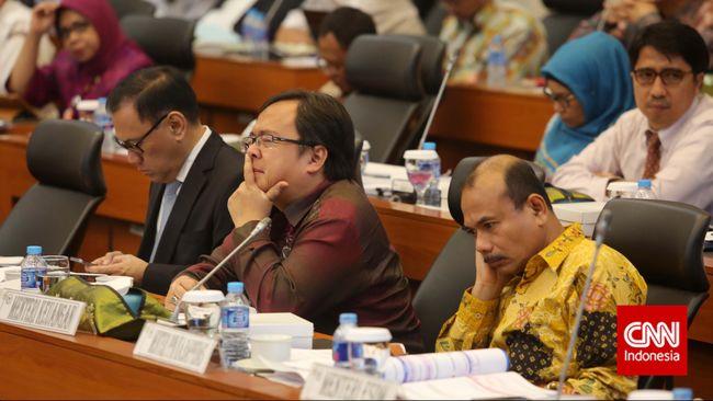 Pemerintah menilai hal itu karena kondisi perekonomian global yang masih melemah serta kondisi negara mitra dagang Indonesia yang melesu.