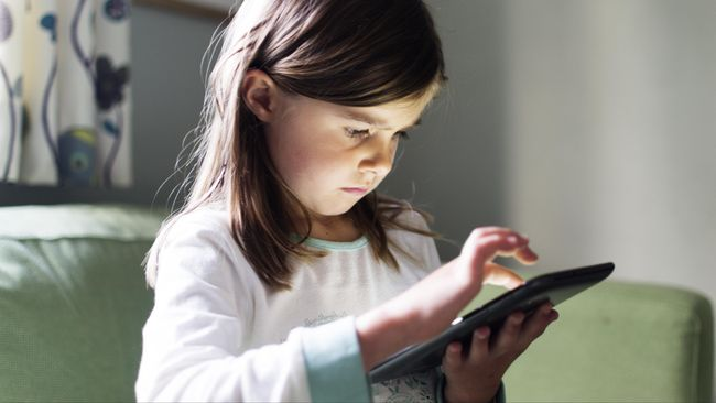 Semakin hari semakin banyak anak di bawah lima tahun yang kencanduan gadget. Menurut pakar, ini sangatlah berbahaya untuk perkembangannya.