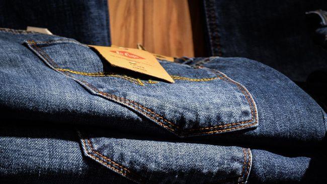 Meski celana jeans bisa bertahan lama karena bahannya yang tebal, tetap penting untuk mengetahui cara mencuci celana jeans agar warnanya tak cepat pudar.