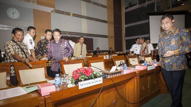 Legislator kubu Agung Laksono ramai-ramai digeser ke Komisi VIII bidang agama dan sosial. Sebelumnya mereka duduk di komisi 'bergengsi' DPR --Komisi I dan III.