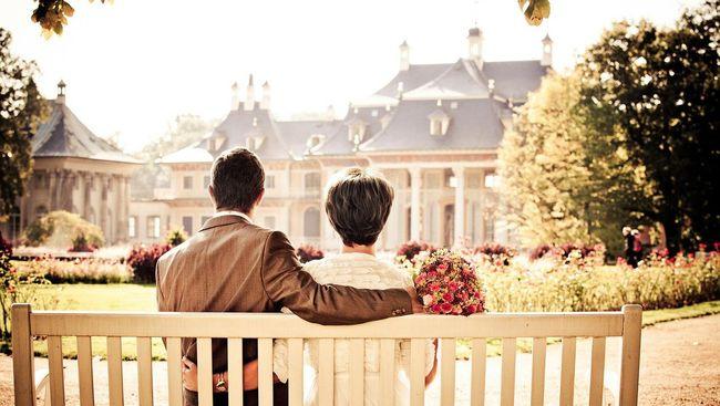 Para peneliti menemukan sekitar 70 persen responden dilaporkan tertarik pada orang lain yang bukan pasangannya.