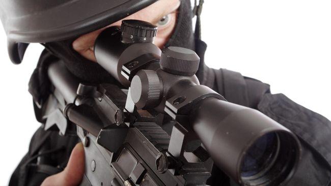 Mereka yang nekat berbuat onar akan diberi tembakan peringatan. Jika tak mempan, pasukan penembak jitu akan turun tangan untuk menembak di tempat.