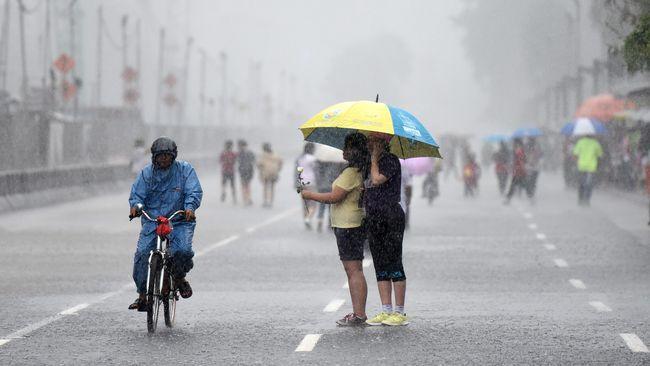 BMKG memperingatkan potensi hujan lebat yang disertai angin kencang dan petir dalam tiga hari mendatang.