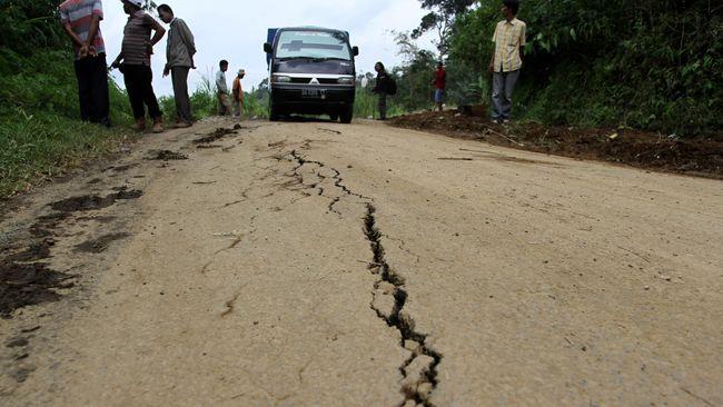 Warga Desa Jungkare di Klaten berhamburan keluar rumah setelah beberapa dentuman diakhiri suara keras. Sejak itu dalam sepekan 12 sumur warga menyusul amblas.