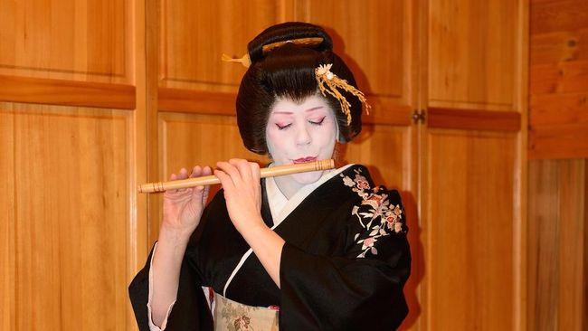 Berawal dari keinginan untuk mendalami kehidupan geisha untuk proyek dokumenter, Fiona jatuh cinta dan menjadi geisha.