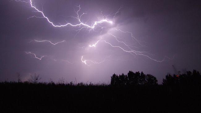 BMKG mengimbau seluruh masyarakat untuk mewaspadai potensi cuaca ekstrem di masa peralihan atau pancaroba.