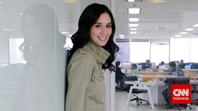 Pemeran film Marlina The Murderer in The Four Acts itu hadir dalam gelaran Festival Film Cannes 2017 dalam balutan busana rancangan Sebastian Gunawan.