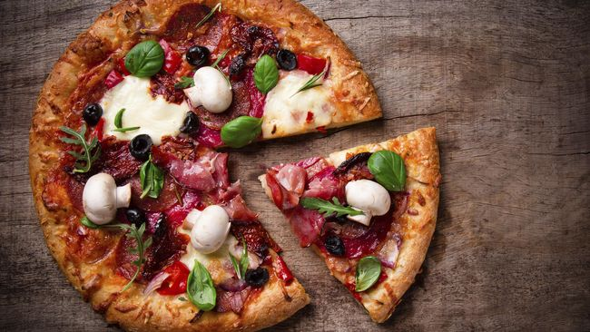 Pizza dikenal sebagai penganan khas Italia. Namun, ternyata, pizza yang akrab di lidah orang Indonesia bukan berasal dari negara asalnya.