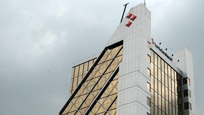 Polisi menangkap dua mantan pegawai Bank Riau karena diduga mencuri tabungan nasabah hingga Rp1,3 miliar dengan cara memalsukan tanda tangan.