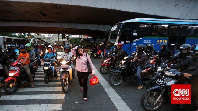 Imbas penutupan empat jalur protokol pada puncak perayaan KAA hari ini membuat kemacetan Jakarta bertambah parah dibandingkan hari biasa.