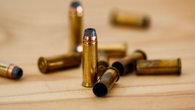 Pihak kepolisian menyelidiki sebuah peluru yang diduga ditembakkan pada sebuah kantor properti yang diduga milik pengusaha Ali Idung di kawasan Gambir, Jakpus.