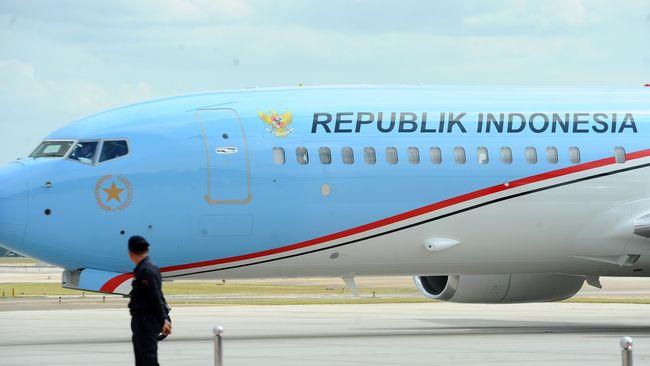Pemerintahan Presiden SBY mencat biru muda pesawat kepresidenan karena alasan keamanan. Pengamat pun mengkritik perubahan warna biru menjadi merah-putih.