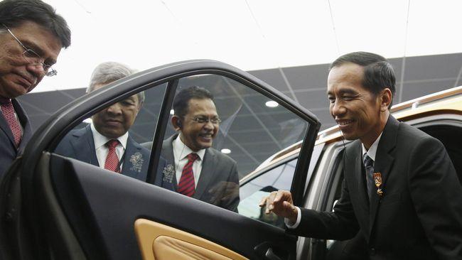 Proyek kerja sama Indonesia dengan Malaysia melalui Proton dan PT Adiperkasa Citra Lestari menuai banyak kritik. Pemerintah Jokowi dinilai tak peka.