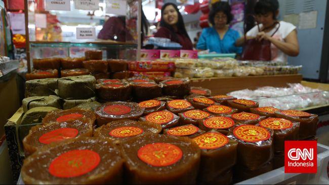 Orang-orang Tionghoa yang makmur biasanya menyediakan dua belas jenis masakan, serta dua belas macam kue, mewakili lambang shio yang jumlahnya dua belas.