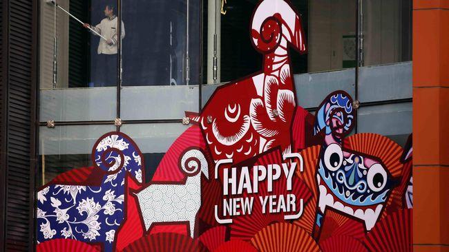 Tahun Baru Imlek juga dijadikan ajang prediksi nasib di masa depan berdasarkan perhitungan shio maupun feng Shui.
