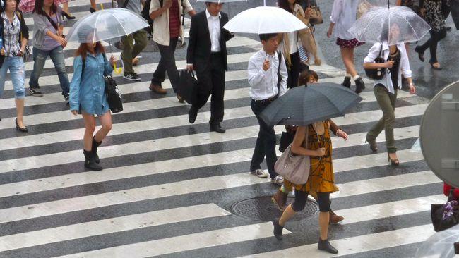 Setidaknya satu orang tewas akibat hujan lebat yang menyebabkan pemerintah Jepang menginstruksikan evakuasi bagi ratusan ribu warga.