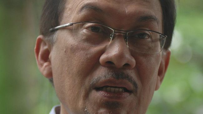 Pemimpin oposisi Malaysia, Anwar Ibrahim, menyampaikan daftar anggota parlemen yang mendukungnya menjadi PM kepada Sultan Abdullah Ri'ayatuddin Al-Mustafa.