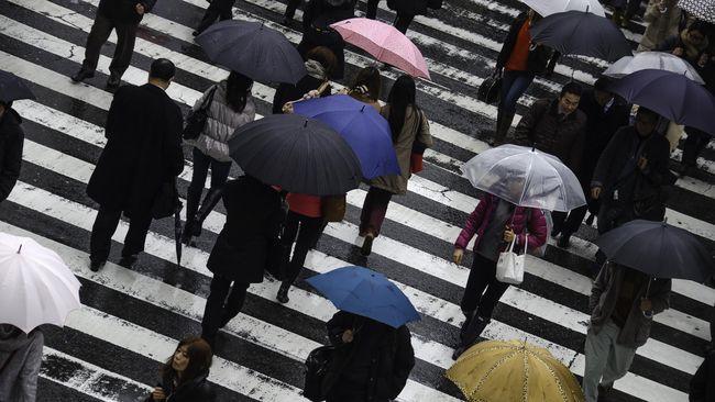 Wilayah Jakarta, Bogor, Depok, Tangerang, dan Bekasi (Jabodetabek) diperkirakan masih mengalami hujan lebat disertai angin kencang dan kilat.