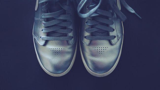 Sneaker tak bisa dicuci sembarangan. Bahannya yang beragam membuat semua sneaker tak bisa dicuci dengan cara yang sama.
