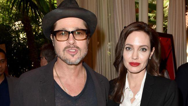 Pitt dan Jolie juga membawa oleh-oleh untuk kedua anak William dan Kate, Pangeran George dan Putri Charlotte.