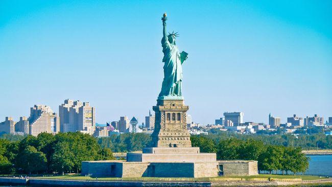 Aksi Wanita Naik Patung Liberty Picu Evakuasi