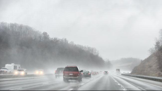 Dalam video tersebut terlihat Fortuner warna putih melaju kencang di lajur paling kanan. Sepersekian detik kemudian, mobil hilang keseimbangan.