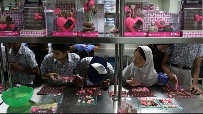 Presiden Joko Widodo menargetkan penciptaan lapangan kerja bagi 4 ribu penyandang cacat melalui pembangunan pabrik-pabrik khusus disabilitas.