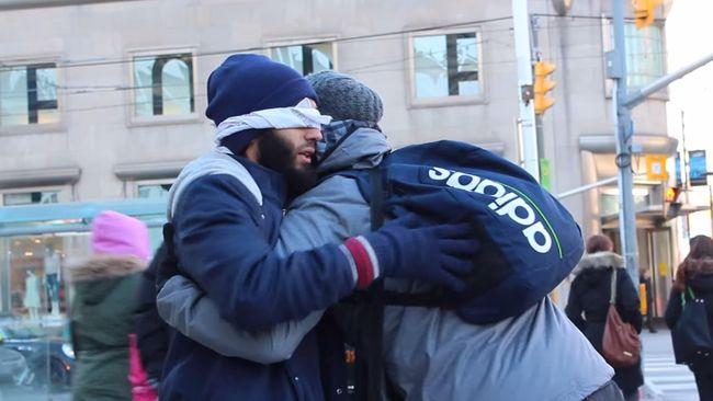 Seorang pria berjanggut berdiri di jalan Kota Toronto, matanya ditutup, mengaku Muslim dan berharap mendapatkan pelukan kepercayaan.