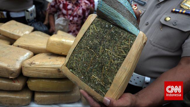 Pelaku menyamarkan paket ganja dan sabu dalam paket buku lembar kerja siswa (LKS). Polisi mengamankan 160 kg ganja dan 9,81 gram sabu.