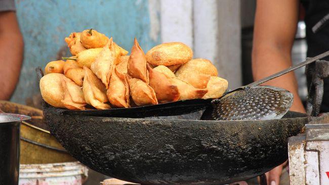 Seorang penjual gorengan di Bulukumba, Sulawesi Selatan yang viral di TikTok bernama Eril Cikas mendadak viral karena uang tabungannya sebesar Rp167 juta.
