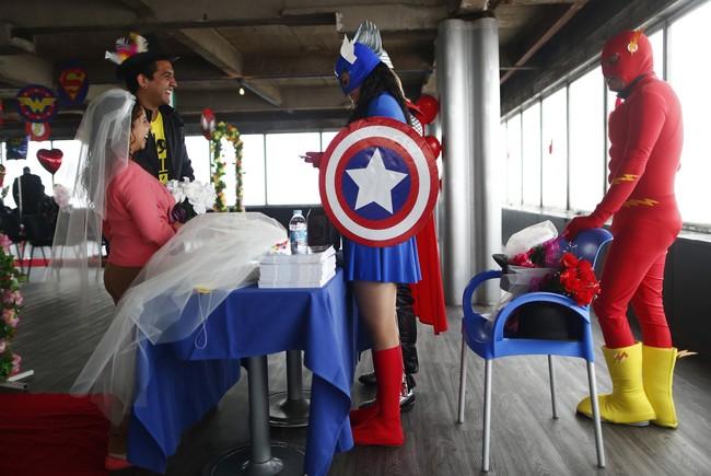 Sepasang kekasih di Mexico City merayakan Hari Valentine dengan cara unik. Mereka 'menikah' di hadapan para superhero seperti Captain America.