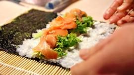 Makan Siang Muram di Restoran Sushi Tokyo