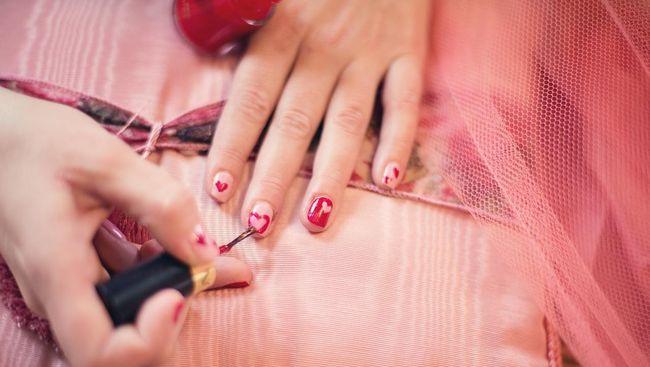Wanita melakukan manikur untuk mendapat kuku tangan yang cantik dan segar. Boldsky melansir tips agar manikur bisa tahan lama.