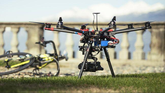 Para pemuda dari Aeromodelling Club bersama Komando Distrik Militer 0706/Temanggung membuat drone besar untuk membantu teknologi pertanian.