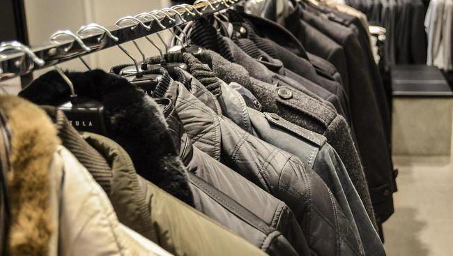 Sebuah sekolah di Kota Mereyside, Inggris, melarang siswanya untuk mengenakan mantal mahal rancangan desainer.