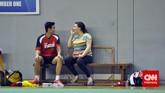 Kamis (26/2) Istri Tontowi Ahmad, Michelle Harminc ikut memberikan dukungan dengan menonton latihan di Cipayung, Jakarta Timur. (CNN Indonesia/Putra Permata)