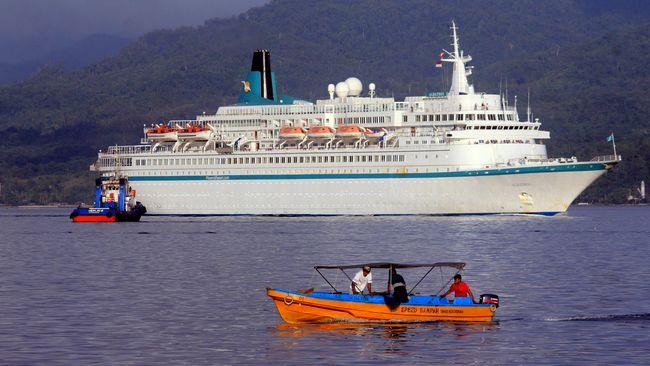 Petugas otoritas pelabuhan memantau kapal pesiar berbendera Jerman, MS Albatros yang akan merapat di Pelabuhan Yos Sudarso, Ambon, Maluku, Jumat (27/2). Kapal pesiar tersebut membawa 800 wisatawan mancanegara yang menyinggahi Ambon selama 10 jam. ANTARA FOTO/Izaac Mulyawan/Rei/mes/15.