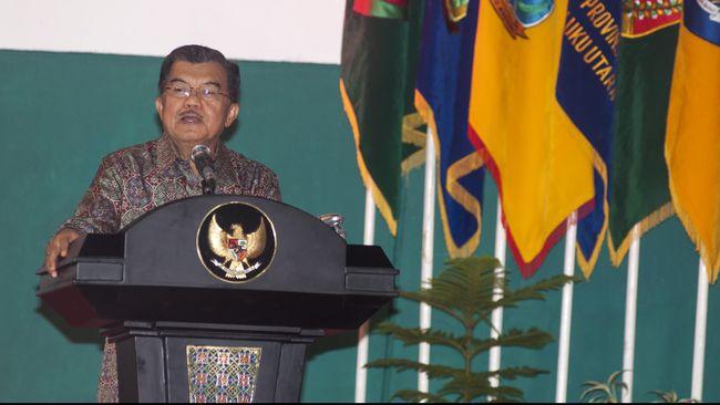Wakil Presiden Jusuf Kalla melihat tak perlu ada yang dikhawatirkan dengan suasana politik yang sedang merundung Pemerintahan DKI Jakarta.